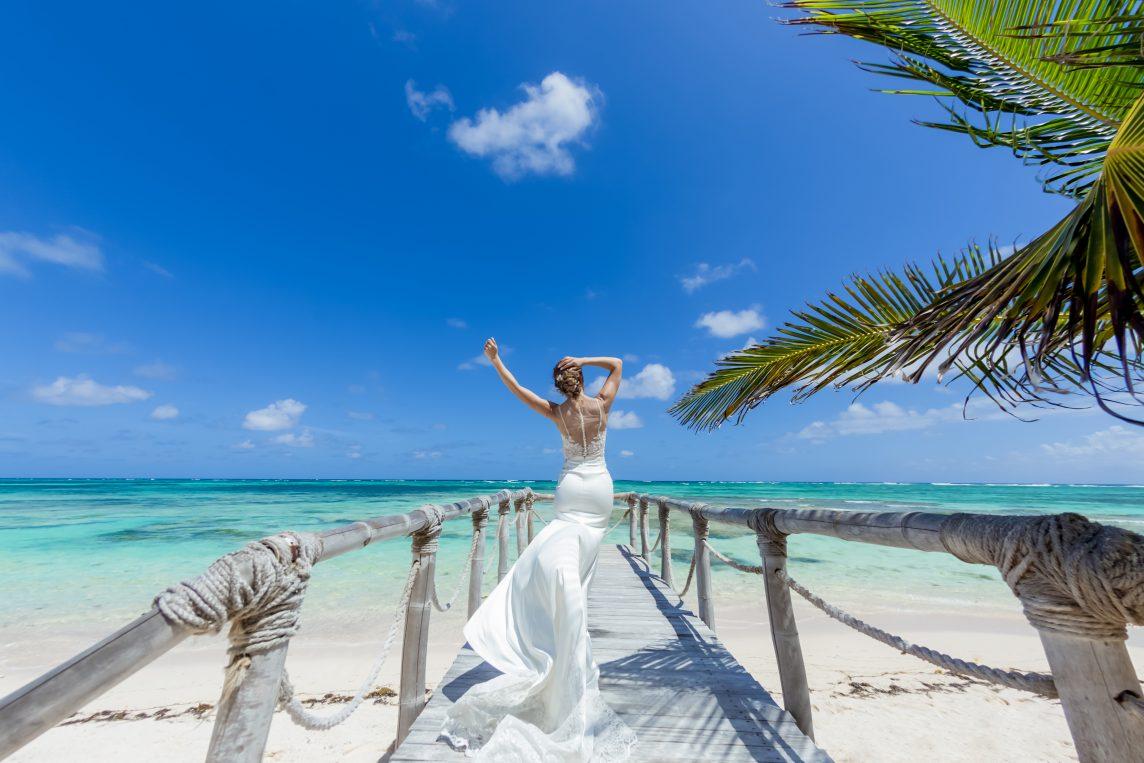 Stil de mireasă la o nuntă pe plajă