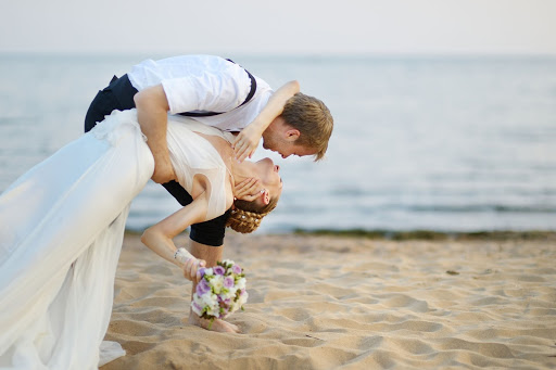 Dansul mirilor la o nuntă pe plajă: o poveste fără sfârșit în pași de dans