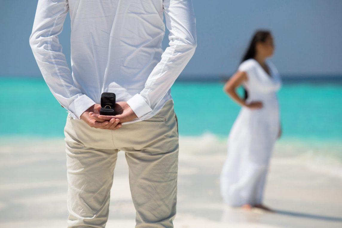 5 idei romantice perfecte pentru o cerere în căsătorie pe plajă