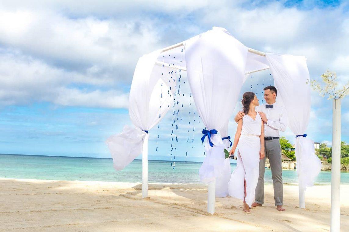 Cununii în aer liber – Destinații spectaculoase pentru nunta voastră mult visată Visele devin realitate, iar imposibilul se transformă în posibil când vine vorba de organizarea unei nunți, fie cununie civilă sau religioasă, pentru cuplurile care vor să își unească destinele într-un cadru aparte. Cu aceste mențiuni importante poate începe o călătorie frumoasă, în care colaborarea și comunicarea cu cuplurile care visează la o cununie în aer liber se transformă în cel mai important eveniment din viața lor: căsătoria. Experiența de peste 6 ani în organizarea de nunți pe plajă își spune cuvântul de fiecare dată când vedem un cuplu fericit care se bucură că evenimentul s-a desfășurat exact așa cum au visat, potrivit gusturilor și dorințelor personale. De aceea, o cununie în aer liber într-o destinație exotică devine realitate de la primele discuții cu mirii. Însă, ceea ce este important de stabilit de la bun început este chiar locația preferată de cuplurile care vor să se căsătorească pe plajă, în fața rudelor apropiate și prietenilor. Descoperă câteva destinații exotice pentru oficierea cununiei civile în aer liber, cu mențiunea că specialiștii noștri îți pun la dispoziție tot ce este necesar pentru ca voi să vă bucurați de o nuntă de basm. Cuprins: 1. Organizarea unei nunți de vis în Grecia 2. Cununie ca la carte în Thailanda 3. Mexic: un decor ideal pentru o nuntă în aer liber 4. Coasta de Azur: o idee inedită de cununie în aer liber 5. Idei de destinații memorabile pentru nuntă: Dubai 6. O cununie civilă în aer liber, organizată de la A la Z 7. De ce să alegeți o cununie civilă într-o destinație inedită 1. Organizarea unei nunți de vis în Grecia Grecia este fără doar și poate una dintre cele mai frumoase și mai accesibile destinații de nuntă pentru cuplurile care doresc să își spună jurămintele la malul marii, alături de familie și prieteni. Plajele cu iz istoric, peisajele extravagante, cultura impresionantă, gastronomia fără cusur și frumusețea paradisiacă a insulel