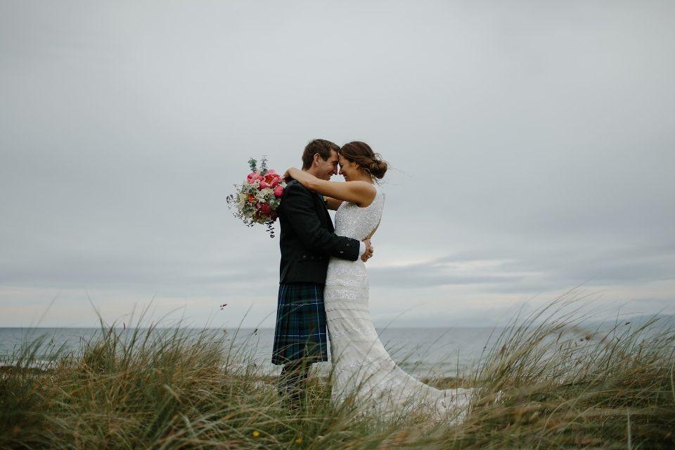 Cuplu proaspat casatorit care se imbratiseaza - nuntapeplaja.ro