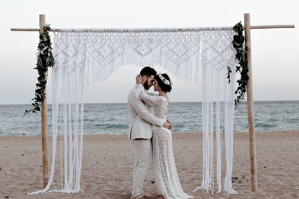 Mire si mireasa care se imbratiseaza pe plaja - nuntapeplaja.ro
