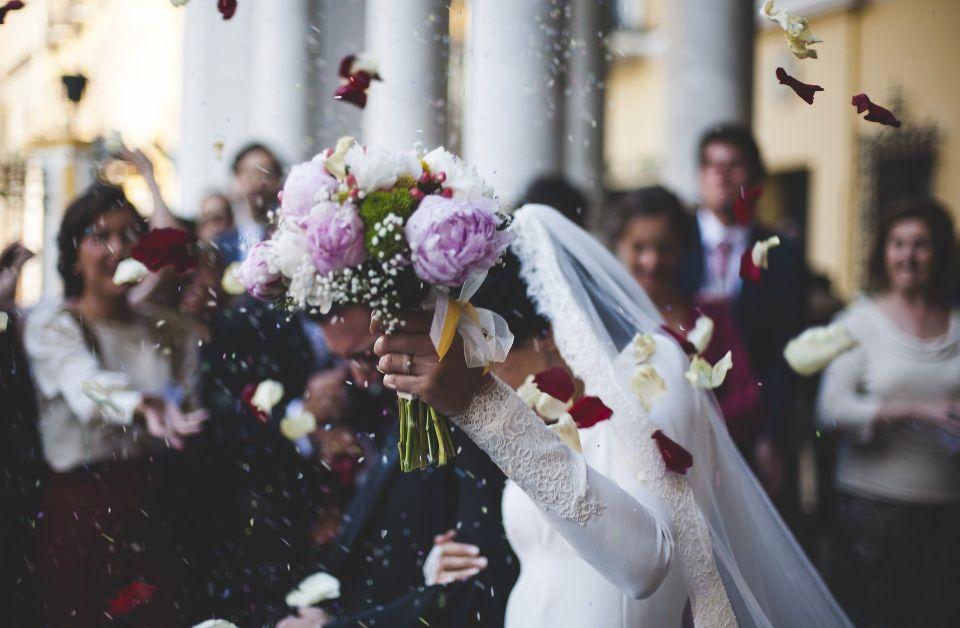 Cuplu proaspat casatorit - nuntapeplaja.ro
