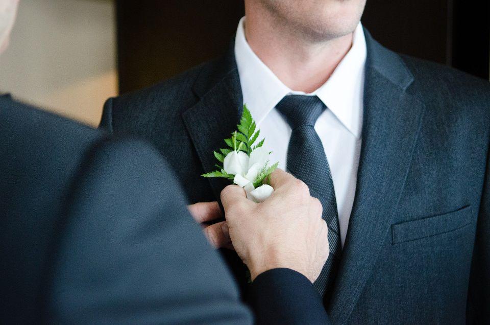Cocarde mire (flori de piept) - nuntapeplaja.ro