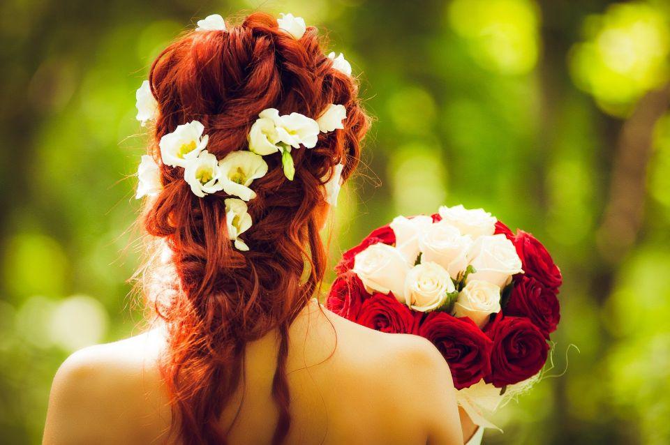 Mireasa cu un buchet de trandafiri - nuntapeplaja.ro