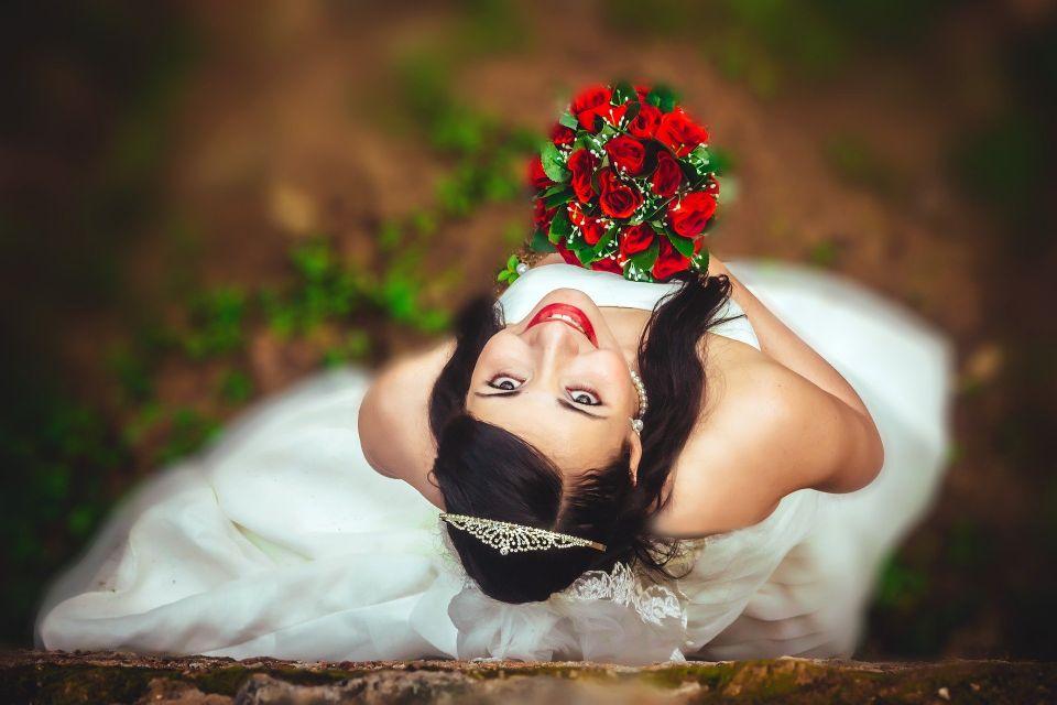 Mireasa fericita in ziua nuntii - nuntapeplaja.ro