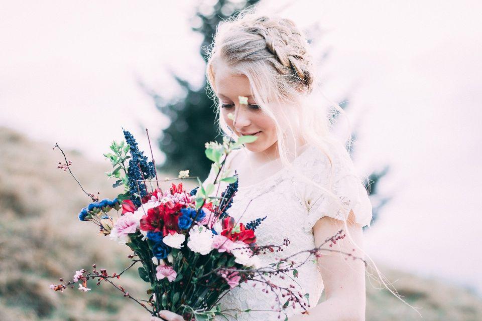 Mireasa cu buchet de flori - nuntapeplaja.ro