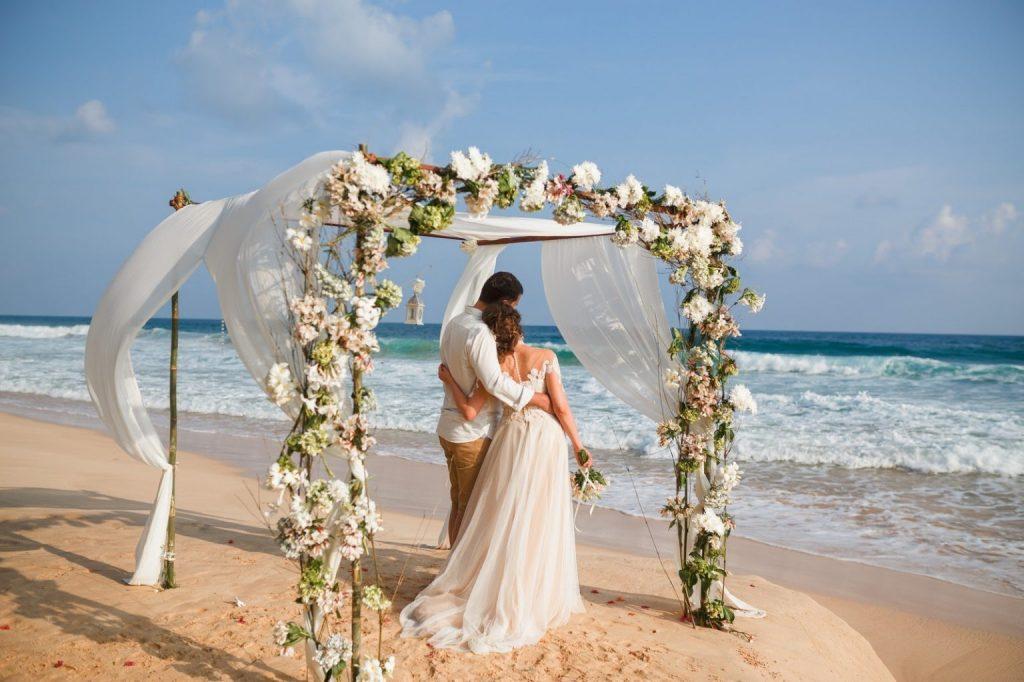 Cuplu tanar casatorit pe plaja in Grecia - nuntapeplaja.ro