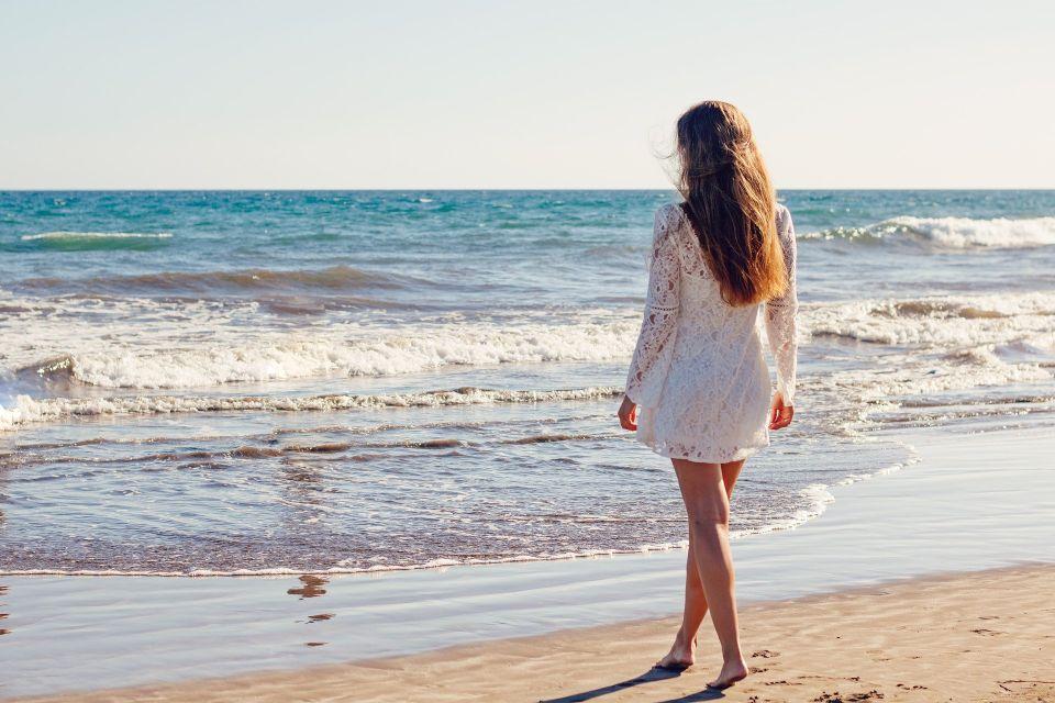 Fata care se plimba pe plaja - nuntapeplaja.ro