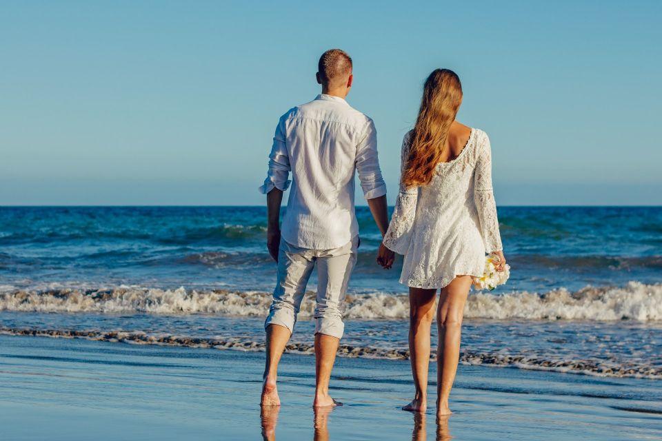 Cuplu care se plimba pe plaja - nuntapeplaja.ro